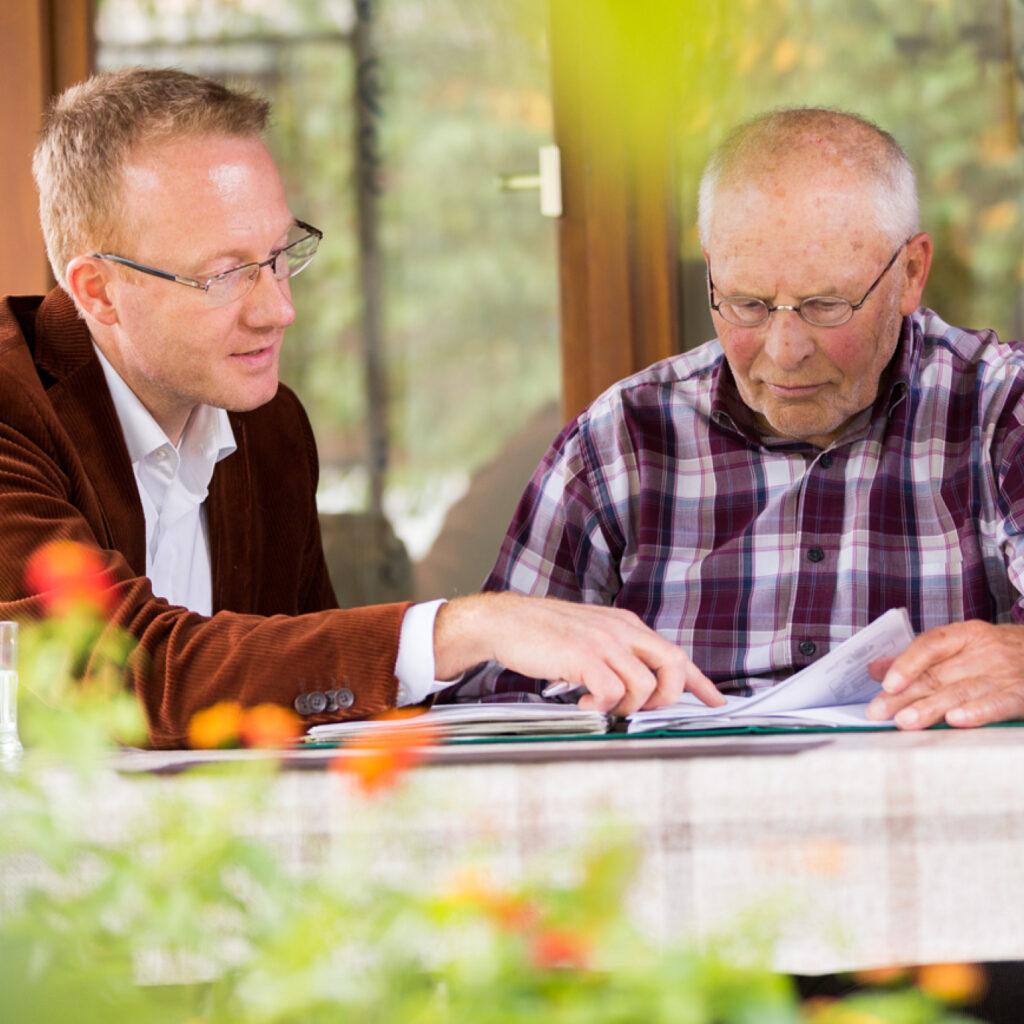 Studie Immobilienrente im Beratungsgespräch mit einem Hausbesitzer erklärt