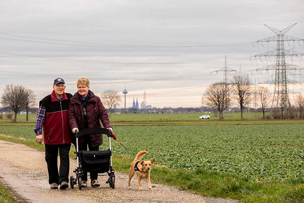 Auch der Hund und der Papagei von Familie von Lom freut sich darüber im Haus bleiben zu können. Die Deutsche Leibrenten AG ermöglichte es