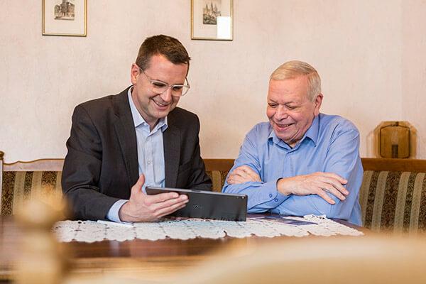 Unterstützung im hohem Alter: Deutschen Leibrenten AG unterstützt Sie, damit Sie auch im hohem Alter in Ihren vier Wänden bleiben können
