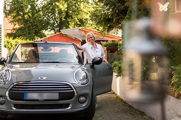 Gudrun Ringmeier mit ihrem brandneuen Mini Cabrio. Ein Lebenstraum ermöglicht durch die Immobilienrente.