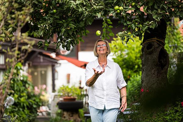 Unbeschwert und sorgenfrei: Finanziell unabhängig auch im hohen Alter. Die Immobilienrente der Deutschen Leibrenten AG hilft Senioren ab 70 Jahren das in ihrem Eigentum gebundene Kapital zu lösen und dennoch lebenslang in den eigenen vier Wänden zu leben.