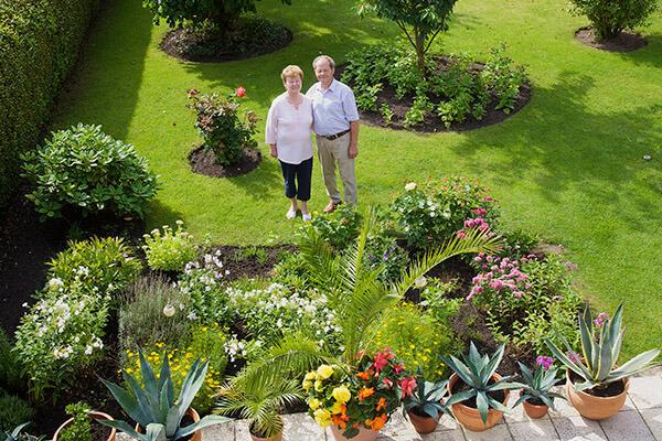 Familie Rodewald kann dank der Immobilienrente der Deutschen Leibrenten AG ihren wunderschönen Garten behalten.