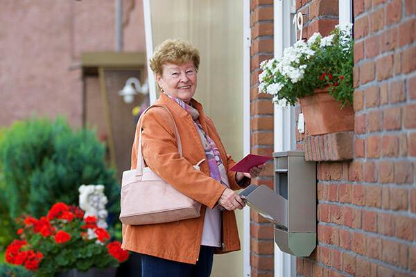 """""""Zuhause ist es am schönsten"""", sagt Helga Rodewald. Mit der Immobilienrente der Deutschen Leibrenten AG kann sie weiterhin in ihrem Haus wohnen."""