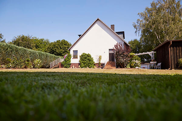 Elisabeth Siepmann kann dank der Deutschen Leibrenten AG ihr Haus behalten und weiter darin wohnen.
