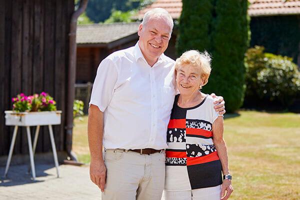 Immobilienmakler und Fr. Siepmann nach erfolgreichem Immobilienrenten-Vertragsabschluss im Garten der Seniorin