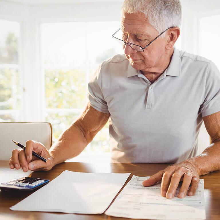Rentner macht seine Steuererklärung. Wir verraten Ihnen worauf es ankommt und welche Fallstricke Sie bei der Steuererklärung für Senioren & Rentner beachten müssen