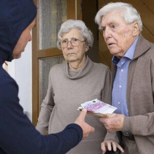Junger Mann versucht Rentnerehepaar an der Haustür zu betrügen