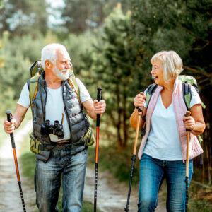 2 Senioren bei einer Wanderung. Spazieren gehen: Fit bleiben Schritt für Schritt