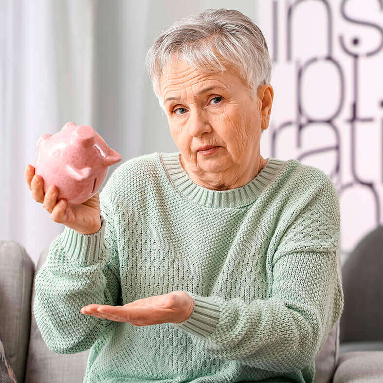 Frau hält leeres Sparschwein in der Hand   Altersarmut bei Frauen