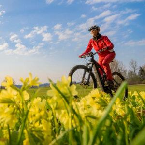 Seniorin fährt mit E-Bike