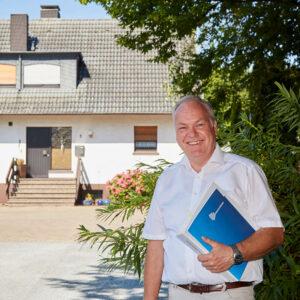 Immobilienrente-Berater vor dem Haus eines Immobilienrenten-Empfängers