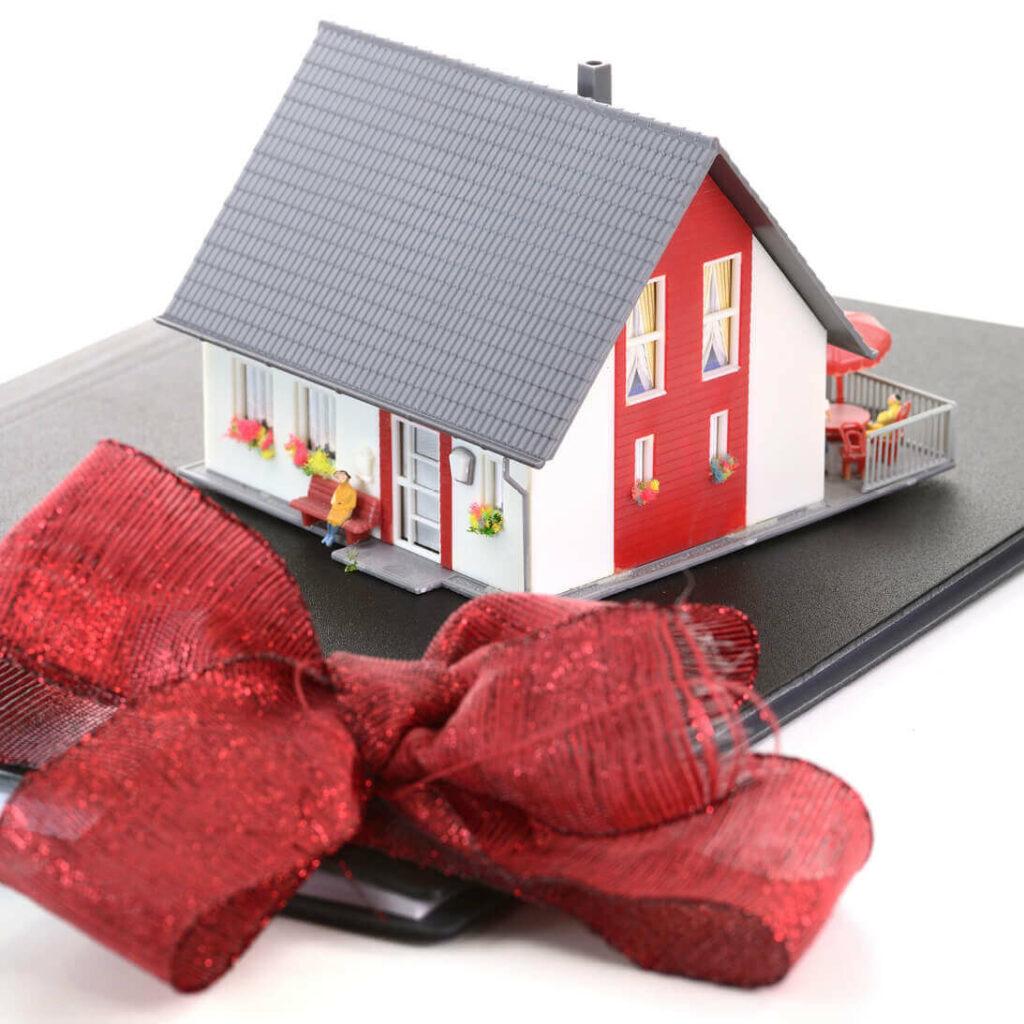 Immobilie als Geschenk: Was ist besser? Eine Immobilie vererben oder verschenken?   Ratgeber für Senioren & Immobilienbesitzer