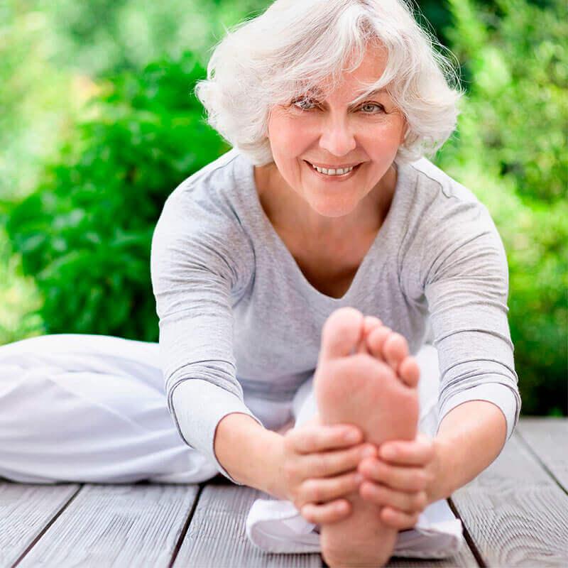 eine-frau-dehnt-sich-beim-yoga-machen