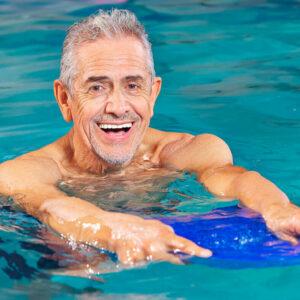 Rentner macht Auqa-Fitness im Schwimmbecken
