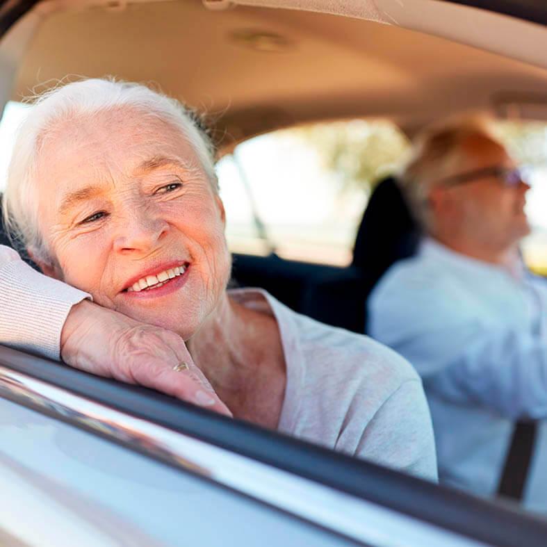 Seniorin fährt mit ihrem Mann in den Urlaub und freut sich